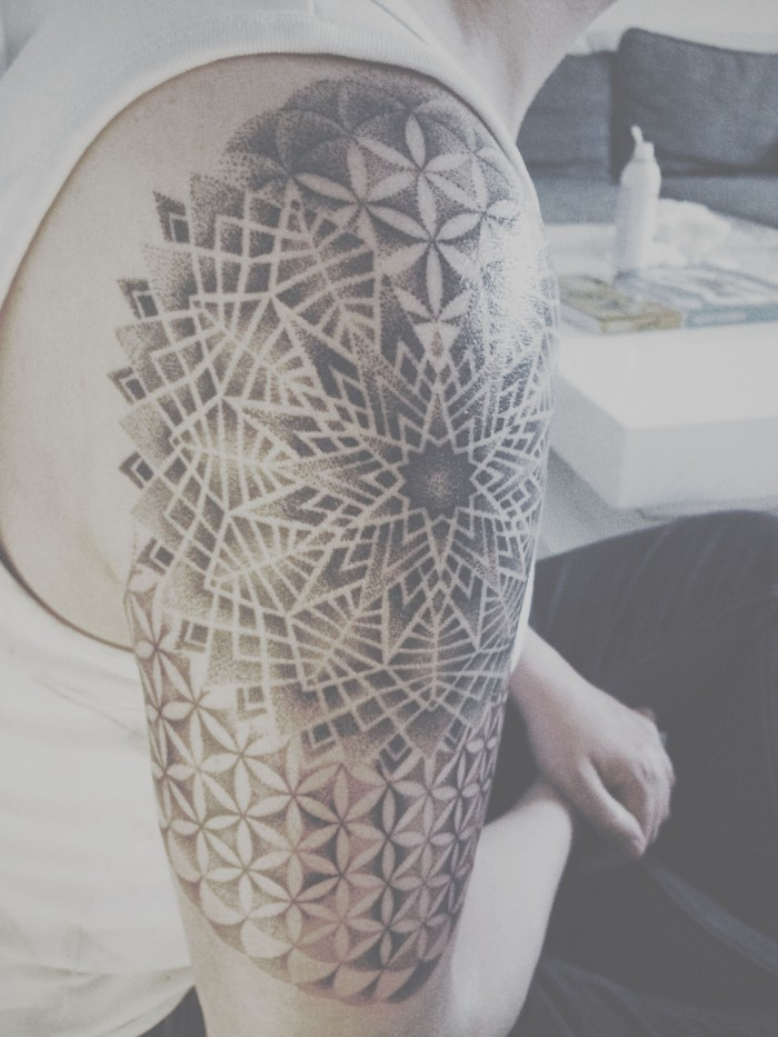 blume des lebens tattoo design idee mit vielen verschiedenen stilen, geometrische und milde formen, blumen