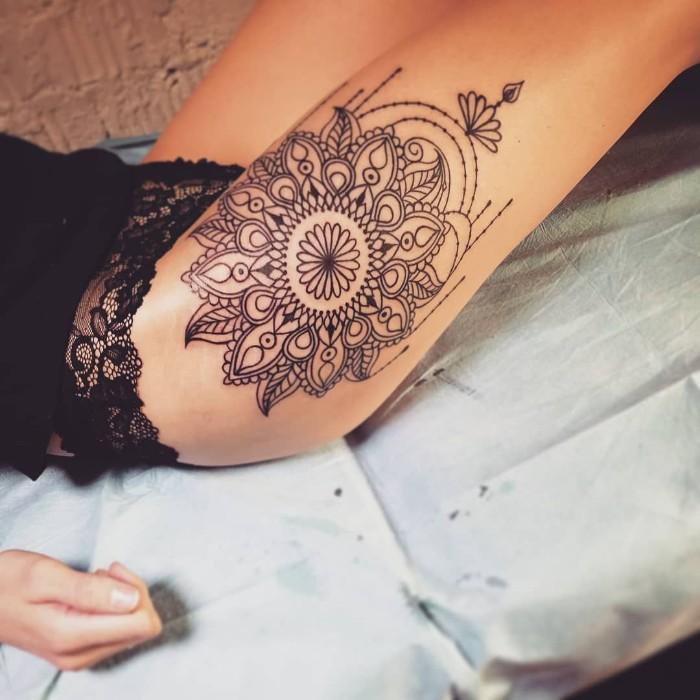 blume des lebens tattoo idee, mandala style tattoo auf dem bein einer frau, schwarze bikini aus spitze