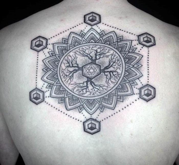 blume des lebens tattoo am rücken, rückentattoo ideen baum oder blume, naturelemente tätowieren