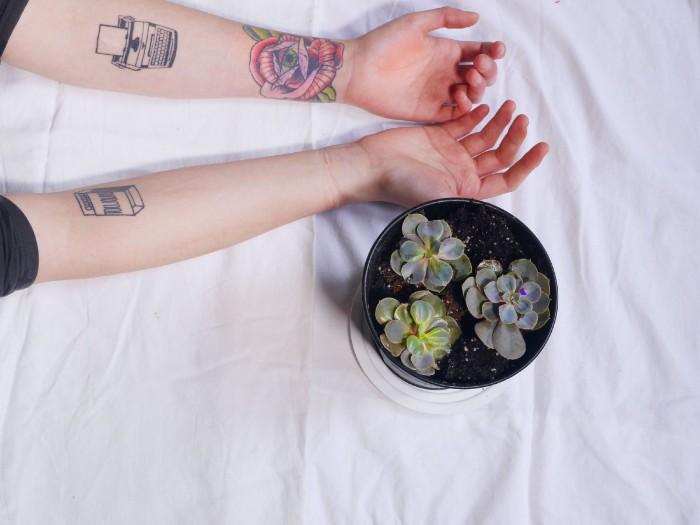 blume des lebens tattoo ideen für armtattoo, unterarm bunte und schwarze tattoo designs