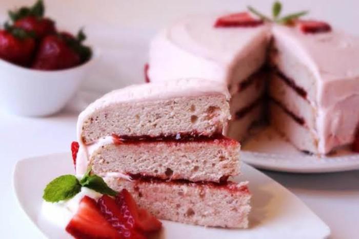 yogurette torte ideen zur schönen gestaltung einer torte, rosarote torte mit beeren
