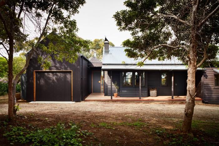 moderne gartenhäuser zum wohnen, chillen, grillen, lagerraum, großes schwarzes haus im garten