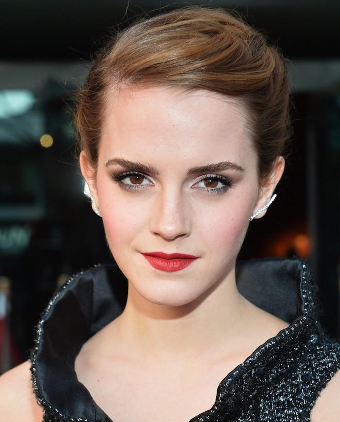 Emma Watson Haarschnitt, moderne Kurzhaarfrisuren, roter Lippenstift und Smokey Eyes, schwarzes Kleid
