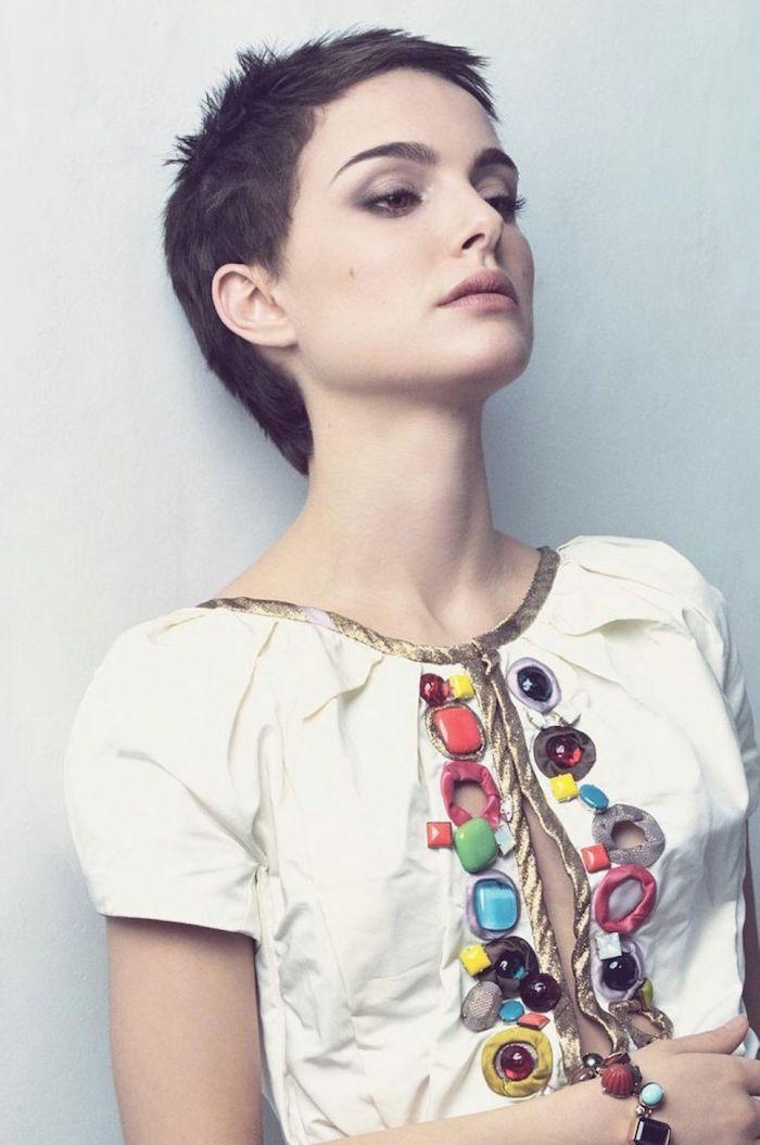 Kurzhaarfrisuren für Damen, Pixie Cut, weißes Top mit goldenen Kanten und bunten Elementen
