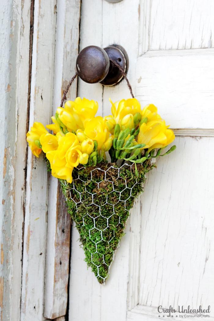 kranz basteln, gelbe tulpen, deko ideen selbst machen, blumenstrauß aus moos und blumen