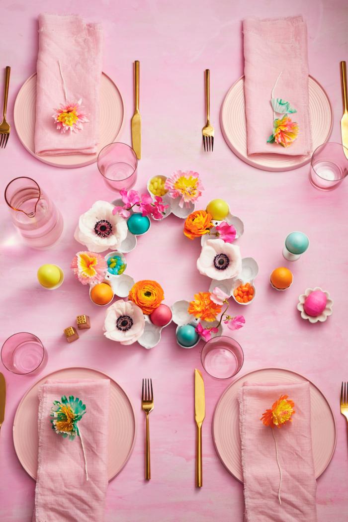 tischdeko ideen, rosa tischdeke, deko ideen selsbt machen, dekoration aus eierschalen und blumen