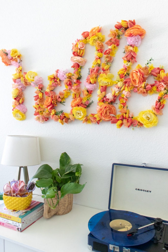 deko selber machen, floraler aufschrift, große buchstaben, geöbe und orangenfarbene blumen