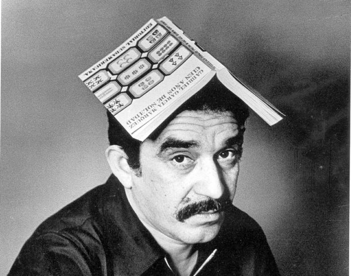 Marquez und sein Werk Hundert Jahre Einsamkeit, Marquez als junger Mann mit dem Buch auf dem Kopf