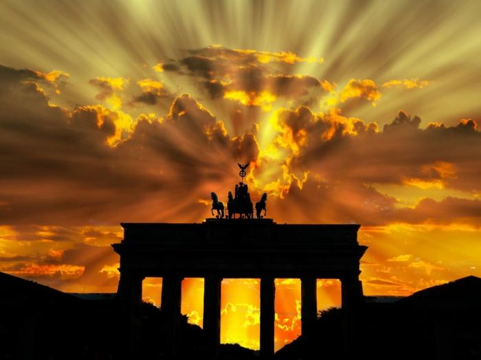 Brandenburger Tor bei Sonnenuntergang, strahlende Sonne, coole Bilder von Deutschland