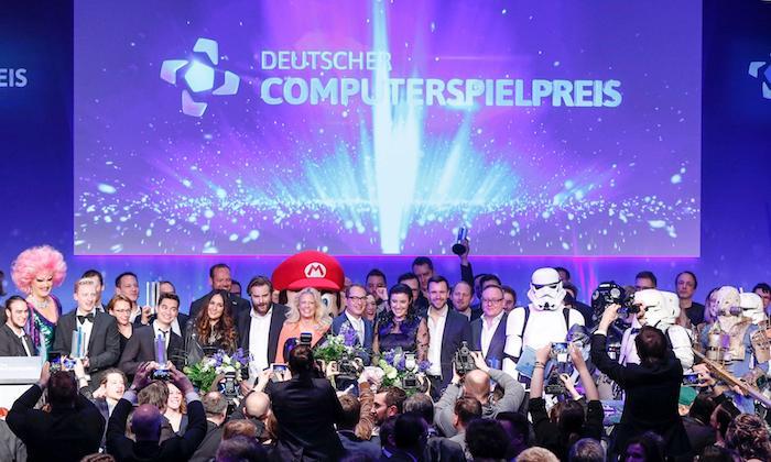 viele menschen und star-wars helden, die preisträger der deutschen computerpreises, ein mann mit großem roten hut
