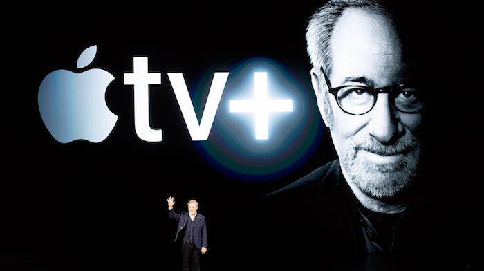 präsentation des streamingdienst von apple, aalter mann mit bart und brille, der regisseur steven spielberg, apple tv plus