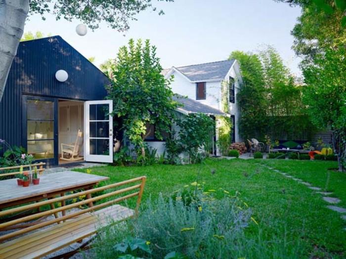faszinierendes gartenhaus design idee, einfach zum gestalten, grüner garten mit schwarzem haus, sitzbank und tisch