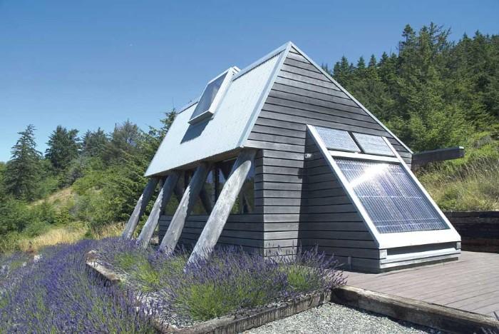 kreative designer ideen für gartenhaus, lavendel fenster design mit blick zum himmel, hausdesign grau