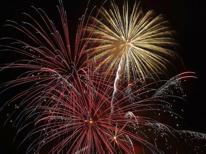 Feuerwerke in vielen Farben, rote, gelbe und weiße Feuerwerke auf schwarzen Hintergrund