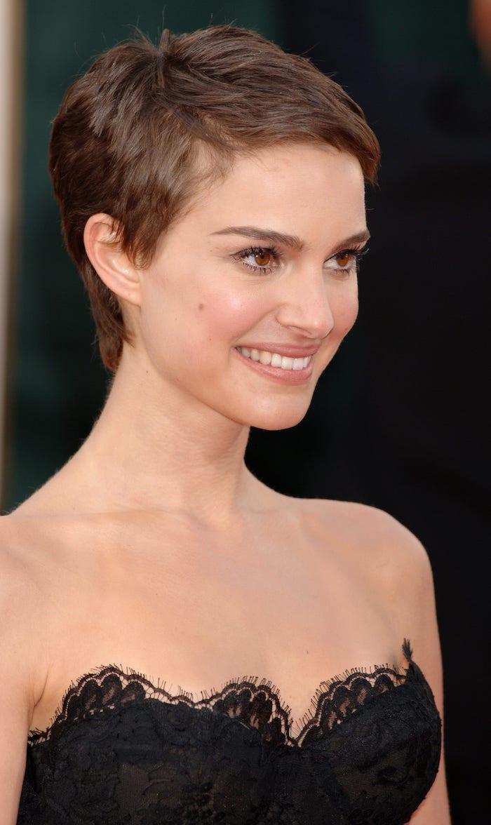 Natalie Portman mit Pixie Cut Haarschnitt, schwarzes Spitzenkleid trägerlos, leichtes Make up