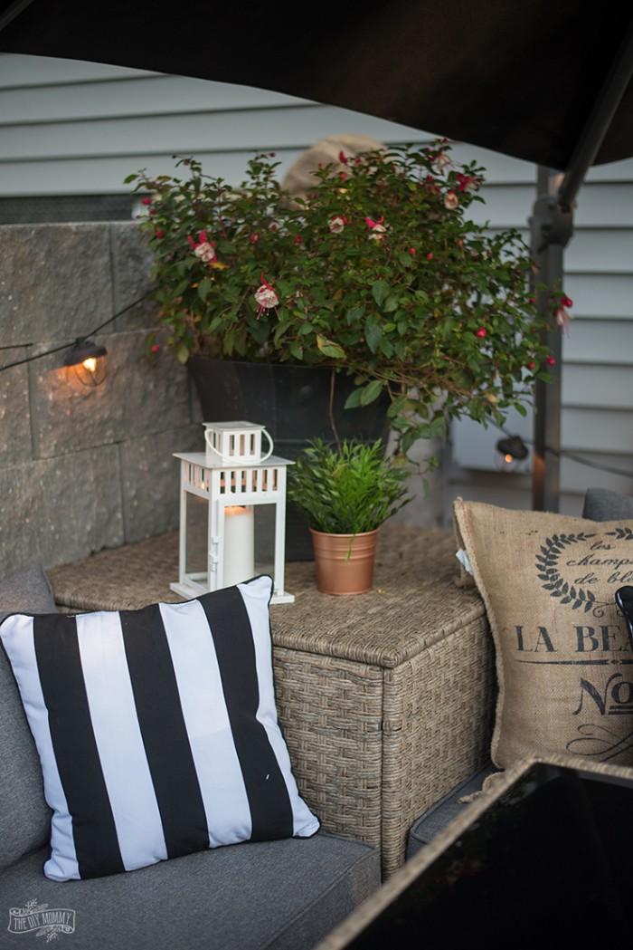 gartenhaus deko ideen, gestalten sie gemütliche ecken mit pflanzen, blumen, deko kissen, leuchten und liebe