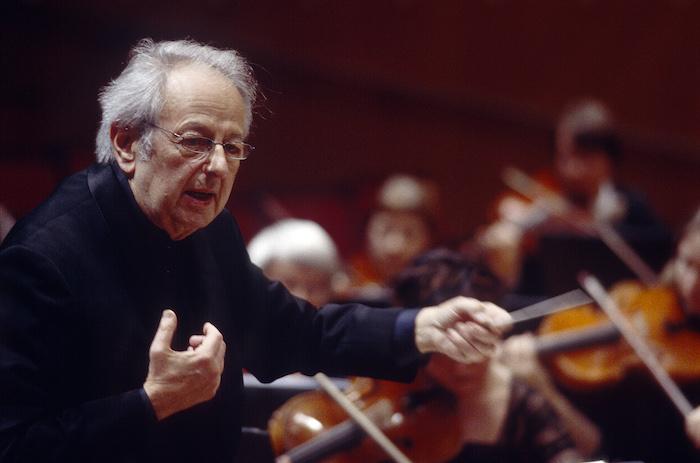 der dirigent André Previn mit brille und einem schwarzen anzug,n ein alter mann mit grauem haar und brille