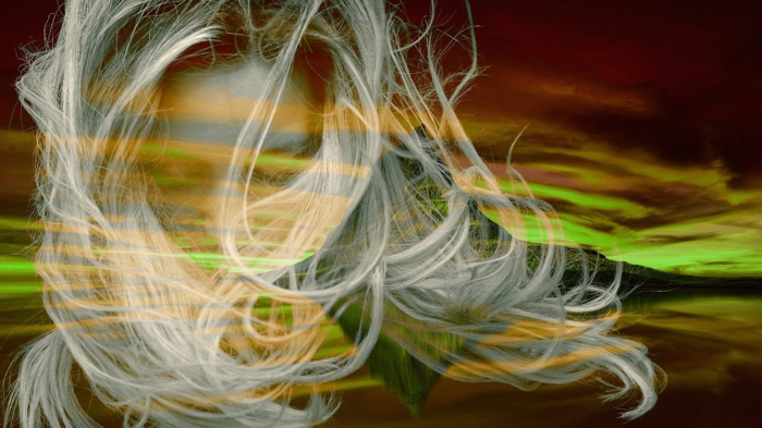 ein Mädchen mit blondem Haar im Vordergrund, ein Berg und Himmel in verschiedenen Farben in Hintergrund
