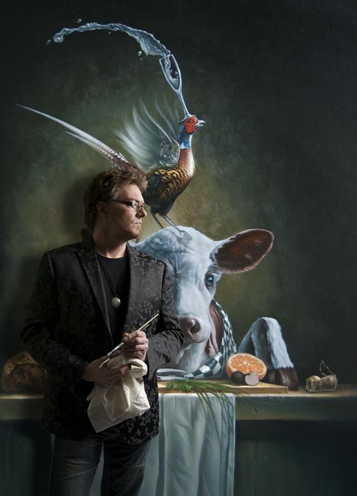 Kunst Bilder, ein Maler mit seinen Werken, ein Lahm und ein Fasan, der Fasan hat ein Glas auf dem Kopf