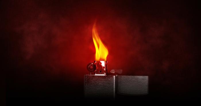 ein silberner Feuerzeug mit hellen Flammen, roter Hintergrund, tolle Bilder von Feuer und Rauch