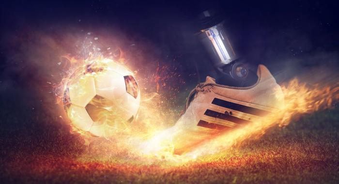 unique Bilder, ein Fuß von Roboter spielt Fußball mit solchen Geschwindigkeit, dass alles entzündet ist