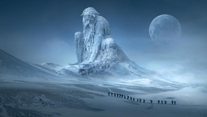 ein gefrorenes Bild von Gigant aus Eis mit langem Bard, kleine Menschen, die einen Berg steigen, der Mond, unique Bilder