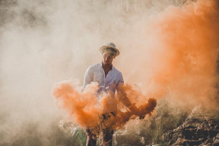 Bilder modern, ein Junge mit orangem Rauch umgeben, zwei Schattierungen im Hintergrund