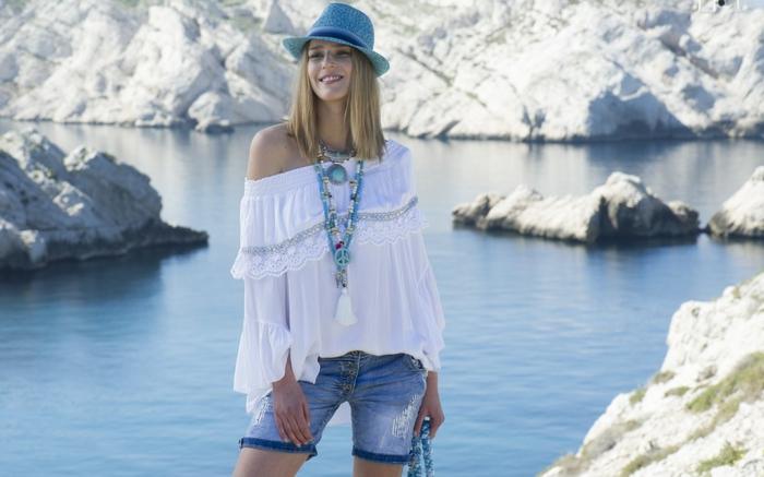 Bilder modern, ein blondes Mädchen mit einem schönen Hemd und kurzer Hose, ein blauer Hut