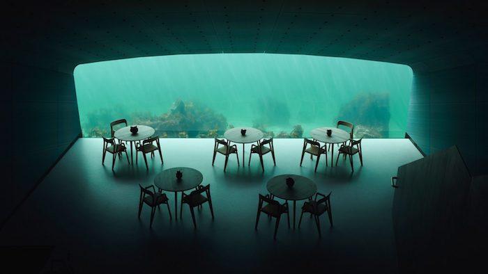 fünf tische aus holz und stühle aus holz in einem unterwasser lokal mit einem großen panoramafenster, meer, wasser