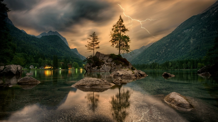 Blitze, ein Gebirge, zwei Bäume, klares Wasser, ein Landschaftsbild, Bilder modern zum Bewundern