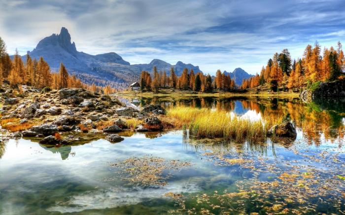 blauer Himmel, glänzendes Wasser, viele Steine, Kunst Bilder von Landschaft in knalligen Farben