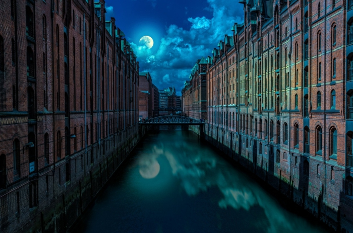 ein Fluss, der Mond und viele Gebäude um dem Fluss, tolle Bilder, viele Wolken, märchenhaft