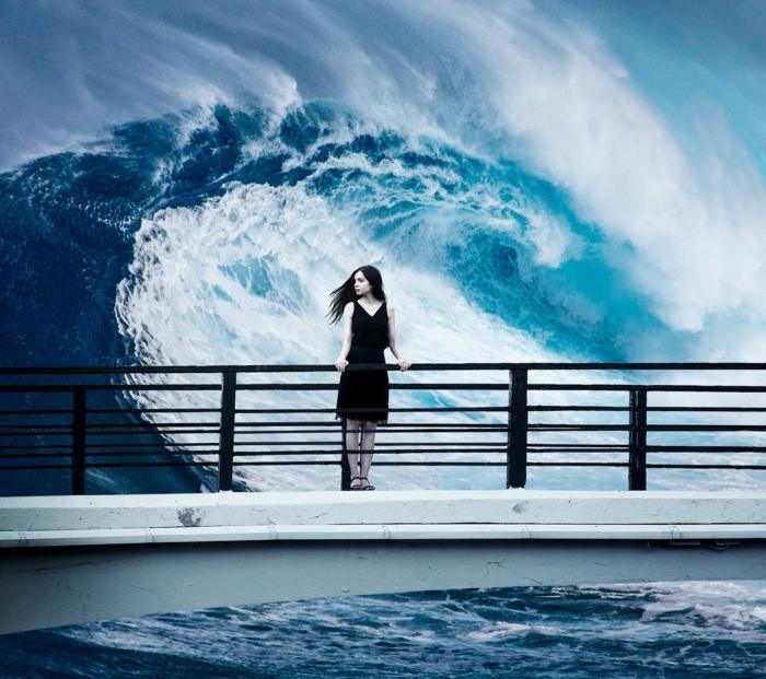 ein Mädchen das keinen Angst vor den Wellen hat, Mädchen mit einem schwarzen Kleid, coole Bilder