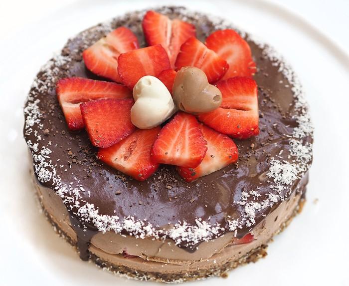 yogurette torte selber machen, schoko glasur, yogurt und sahne kakao creme und frisches obst