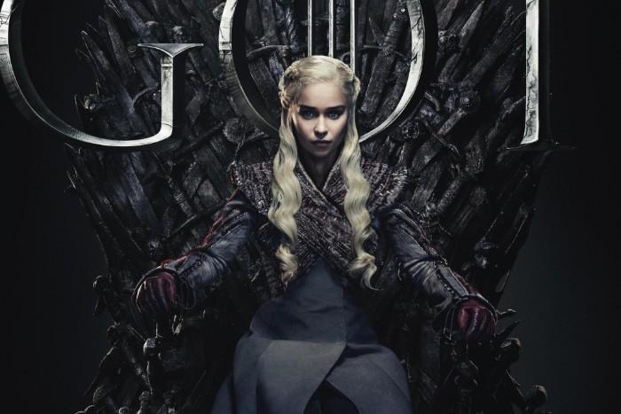 game of thrones staffel acht poster, die schauspielerin emilia clarke mit einem langen blonden haar und schwarm kleid, the iron throne aus vielen schwerten