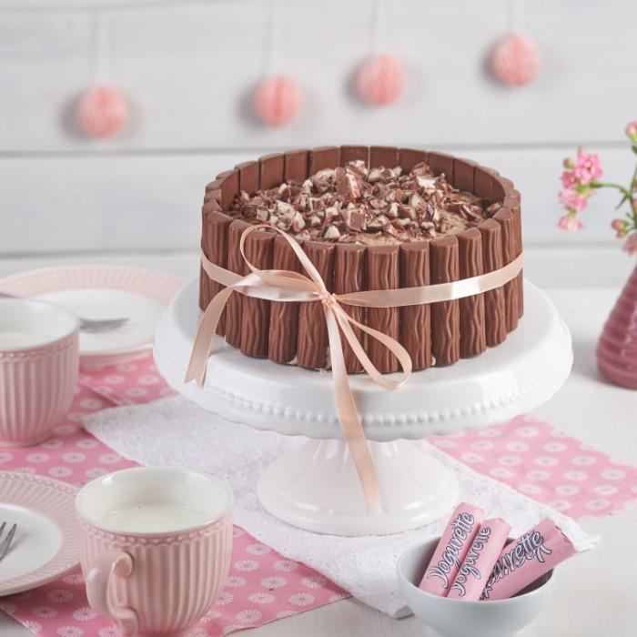 chefkoch torten mit schoko schnitte, yogurette schnitte, rosarote schoko verpackungen und rosa tassen, torte mit schleife binden