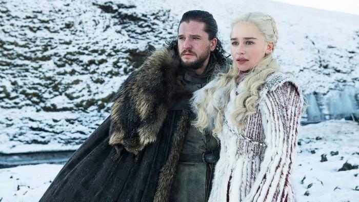 schee und winter, game of thrones erster trailer, jon snow und daenerys targaryen mit einem langen weißen kleid und blondem haar
