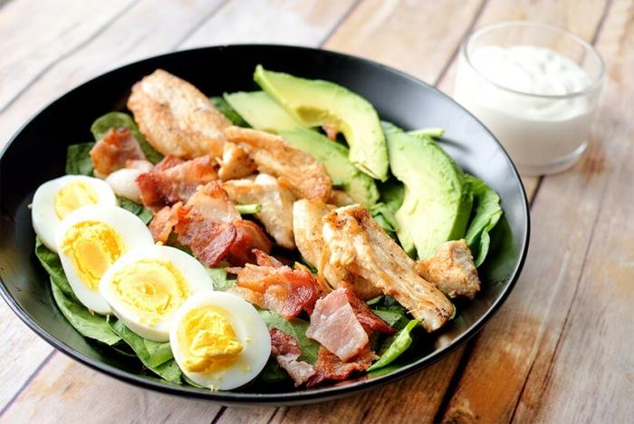 essen ohne kohlenhydrate, gesunde rezepte zum abenhmen, eier mit bakon, avocado und fleisch
