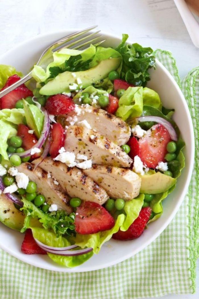 essen ohne kohlenhydrate, gesunder salat rezept, grüne salatblätter, bohnen, ziegenkäse
