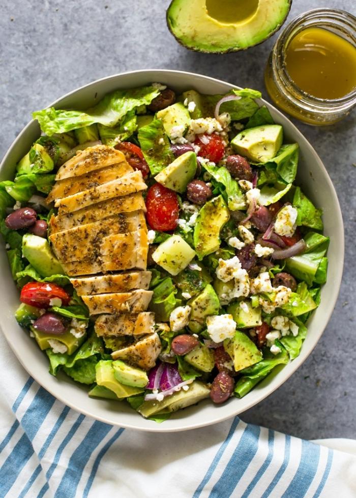 essen ohne kohlenhydrate, hühnerbrust mit avocado, bohnen und grünem salat, dressig aus honig
