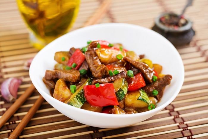 essen ohne kohlenhydrate, stücke fleisch mit paprika, zucchini und süßem kartoffel, gesund leben