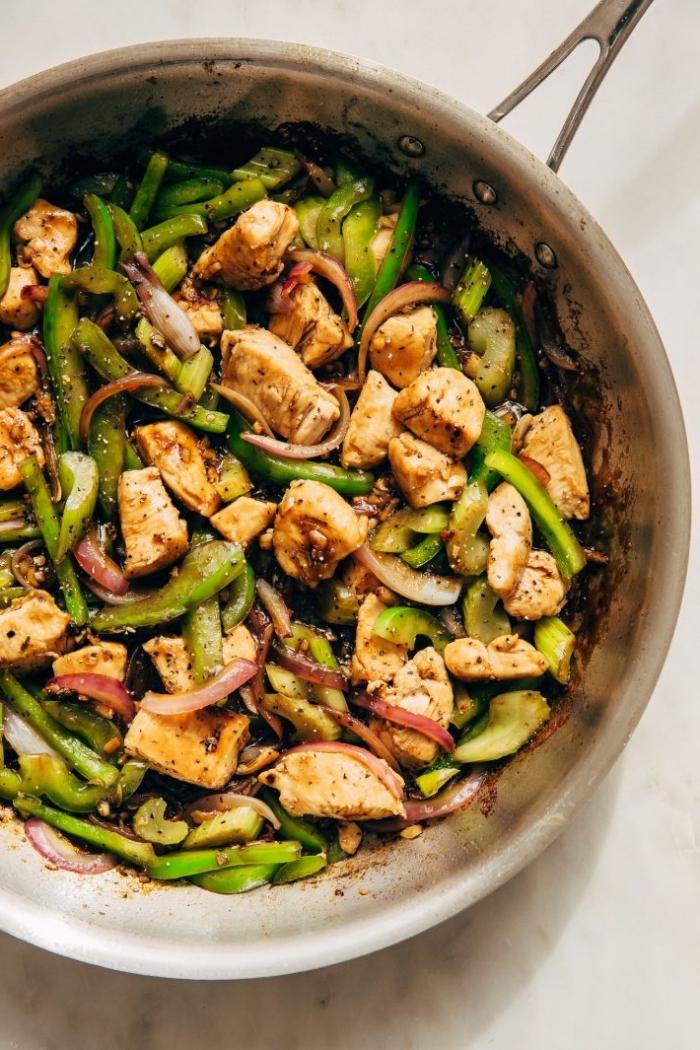 essen ohne kohlenhydrate, fleischstückchen mit spargeln und grünem paprika, pfanne