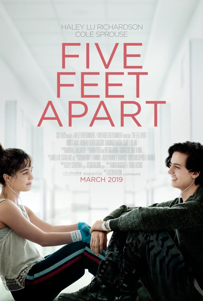 ein Poster von dem Film Five Feet Apart, die beiden Jugendlichen kommen zu nah