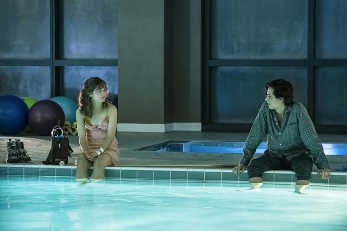 die beiden jungen Leute wollen im Schwimmbad baden, können aber nicht, jedoch sind sie zusammen