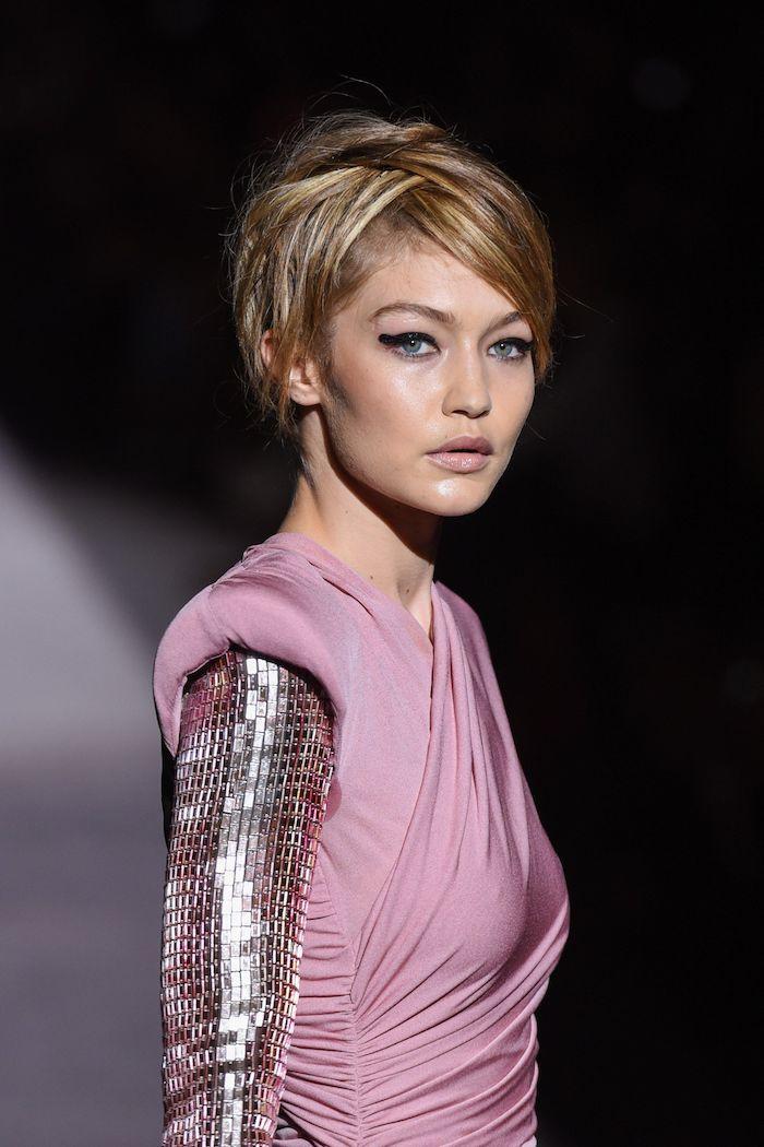 Gigi Hadid Haarschnitt, moderne Kurzhaarfrisuren, seitlicher Pony, matter Lippenstift, dicker Lidstrich, Kleid in Rosa