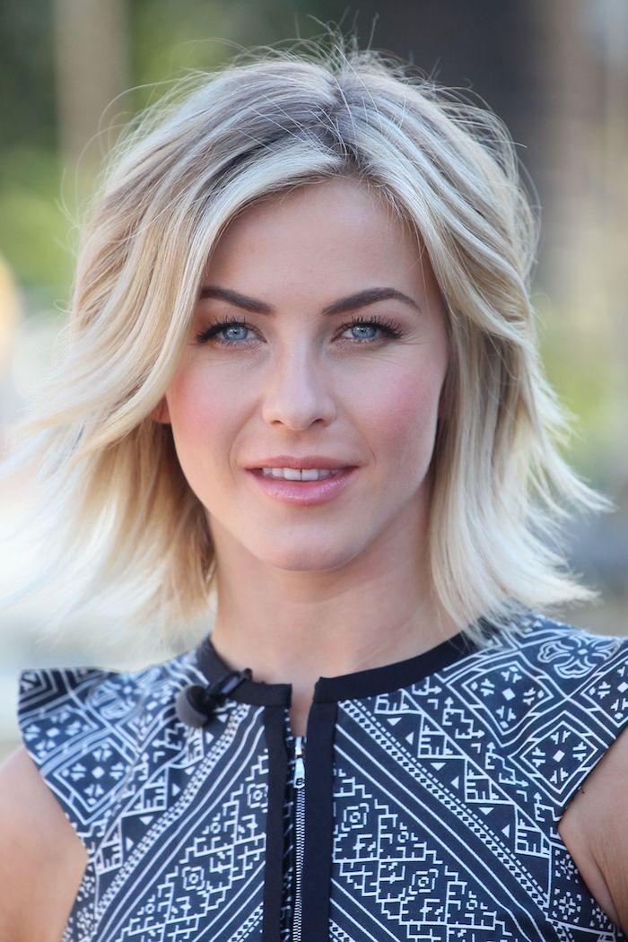 Schöne Frisuren für feines Haar, Stufenschnitt halblang, blonde Haare, schwarzes Top mit weißem Muster