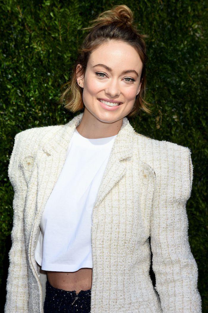 Haarschnitte für dünnes Haar, halboffene Haare lässig, weißes kurzes Top und weißer Mantel
