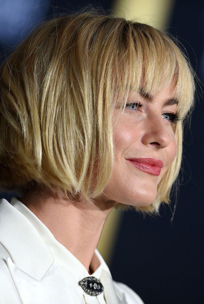 Kinnlanger Bob mit Pony, glatte blonde Haare, Frisuren für feines Haar, weißes Hemd, roter Lippenstift