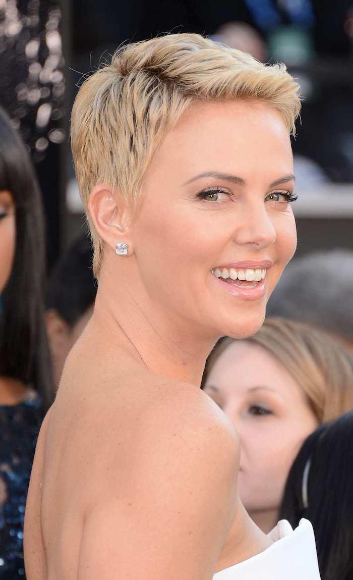 Pixie Cut, blonde kurze Haare, moderne Kurzhaarfrisuren für feines Haar, leichtes Make up, Lipgloss und schwarze Mascara