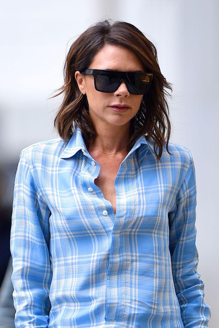 Victoria Beckham Hairstyle, schulterlange wellige Haare, schöner Hairstyle für dünne Haare, kariertes blaues Hemd und Sonnenbrille